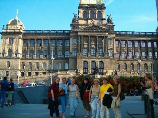 Bibliotekarki z gm. Opatówek przed Muzeum Narodowym w Pradze