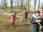 Z karmą dla ptaków w parku w Opatówku