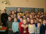 Stanisław Szponder z dziećmi w szkole w Sierzchowie