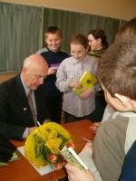 Młodzież prosi o autografy