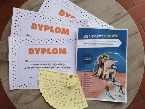Plakat promujący zabawę, wzór dyplomu i bilety