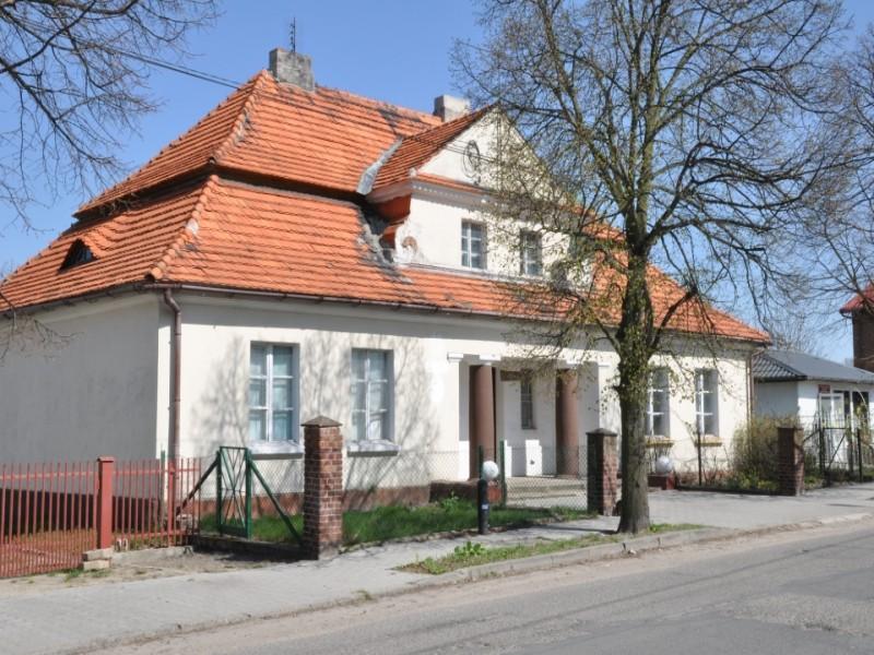 Rajsko, budynek dawniej spółdzielni, później poczty. Fot. D. Buncler