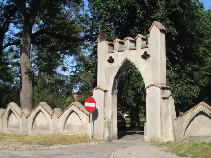 Brama i mur neogotycki przy Kozim Parku w Opatówku