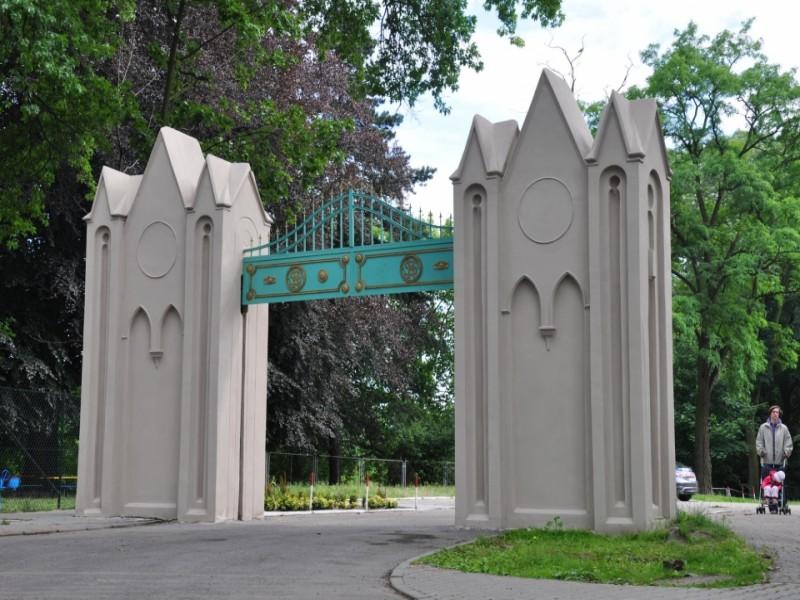 Brama wjazdowa do pałacu Schlösserów z ok. 1915 r. Fot. D. Buncler