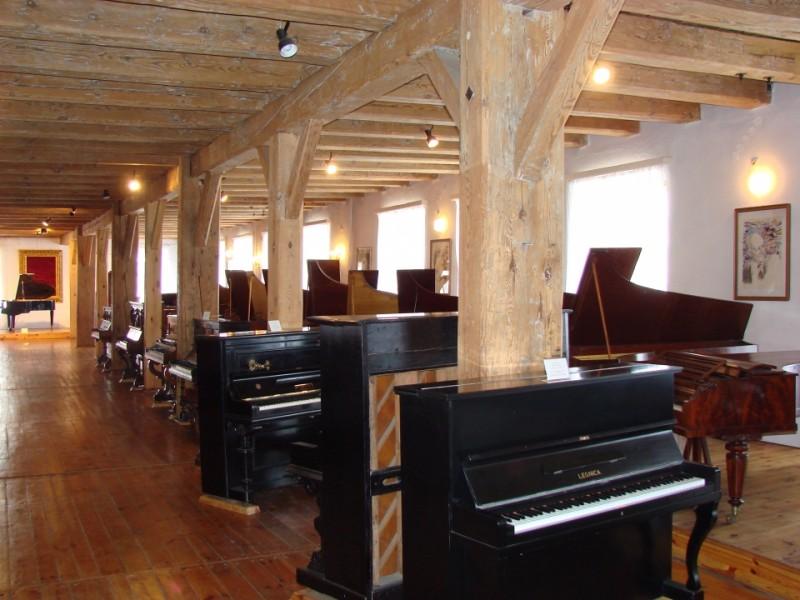 Fragment stałej wystawy fortepianów i pianin polskich w Muzeum Historii Przemysłu. Fot. z archiwum Urzędu Gminy Opatówek
