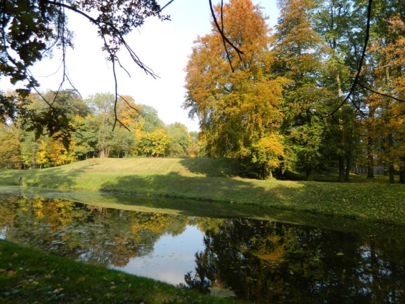 Wzgórze, na którym stał zamek arcybiskupów i fragment fosy w parku w Opatówku