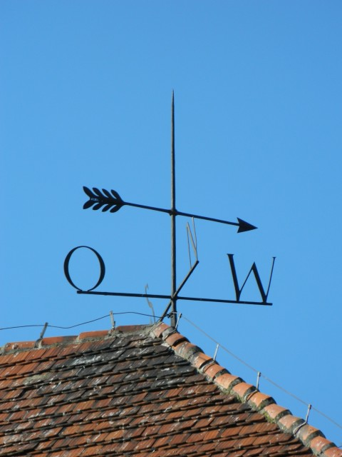 Nad Opatówkiem góruje róża wiatrów umiesczona na dachu Muzeum