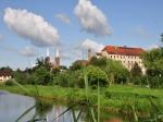 Widok na kościół i Muzeum w Opatówku