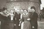 Imieniny Ireny Lingowskiej w okresie okupacji. Od lewej: Kaleta, rodzice Ireny, babcia Apolonia Lingowska, Irena Lingowska, Fela Kaletówna, nieznana, Maria Pfeifruck