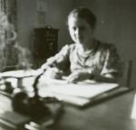 Irena Lingowska w biurze Urzędu Gminnego w Opatówku w okresie okupacji