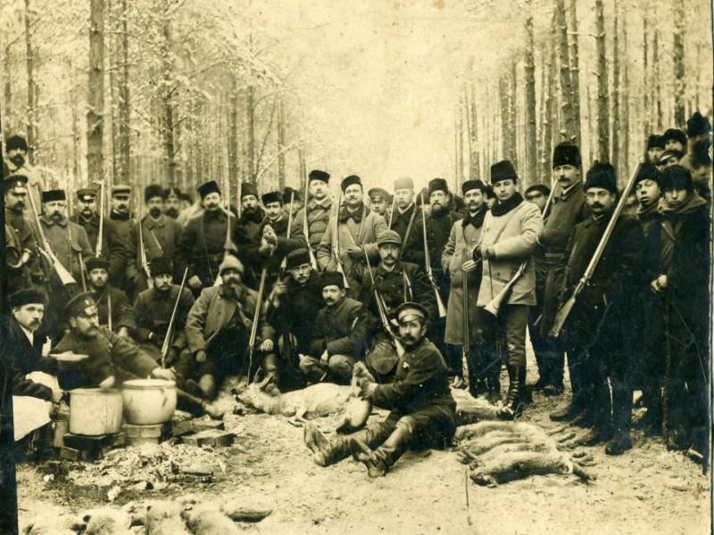 Dolina kaliska była rajem zajęczym - Bronisław J. Korejwo trzeci z prawej, Karol Korejwo (?) piąty, ok. 1900 r.