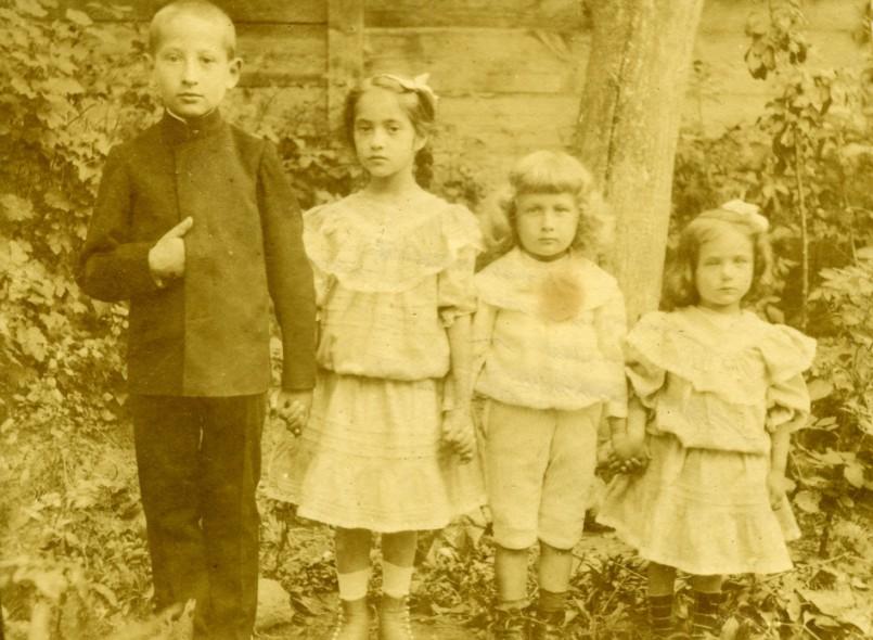 Janusz, Tonia, Bogdan i Hala Korejwowie z czasu wypraw po maliny, Opatówek ok. 1907 r.