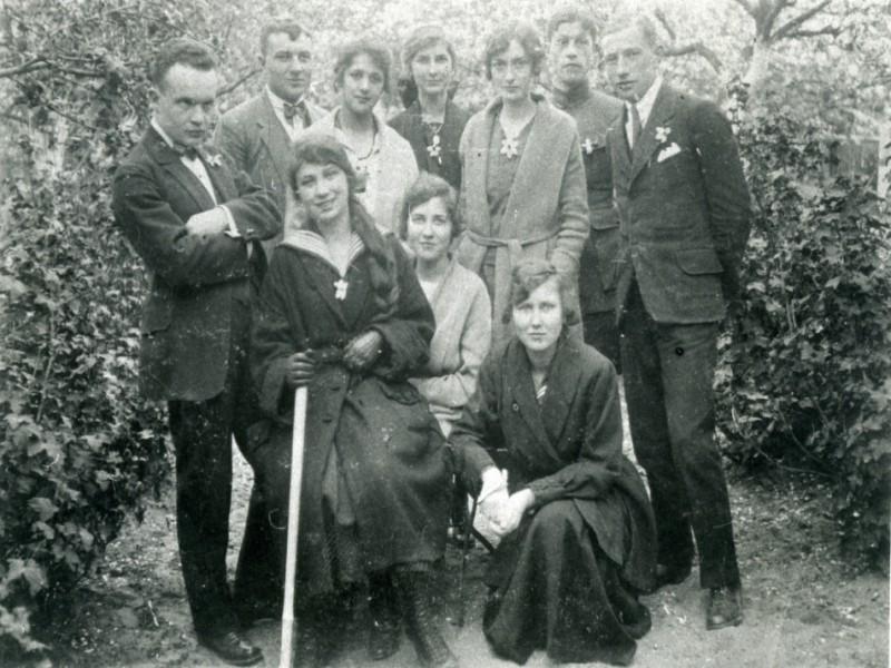 Halina Korejwo, na wycieczce z grupą przyjaciół, prawdopodobnie pracowników kaliskiego Syndykatu Rolniczego, ok. 1927 r.