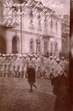 Polskie skautki  podczas obchodów rocznicy Konstytucji 3 Maja w Tyflisie w 1918 r.; Tonia Korejwówna w pierwszym szeregu trzecia z prawej