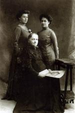 Antonina z Guttmejerów Kasińska z synowymi: Tatianą, ż. Karola i Anną ż. Bronisława