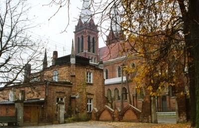 Cukiernia w Opatówku na tle kościoła