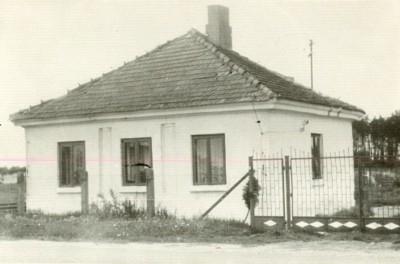 Klasycystyczny budynek z ok. 1820 r. przy trasie z Opatówka do Kalisza