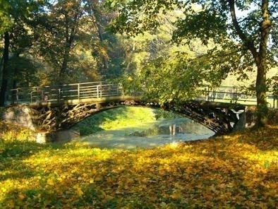 Mostek zeliwny z 19824 roku w parku w Opatowku - stan obecny