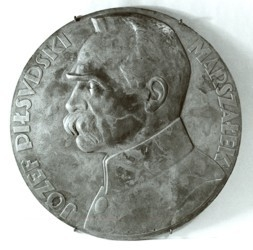 Medalion z popiersiem Józefa Piłsudskiego